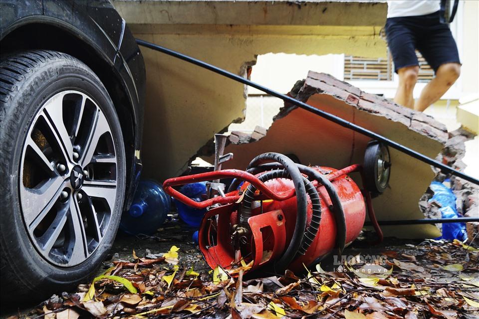 Sập tường đè bẹp 13 ô tô ở Hà nội  Bảo hiểm nói gì