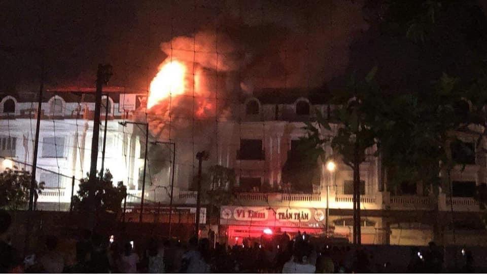 Cháy bốn biệt thự liền kề ở Hà Nội